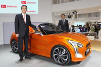 新型「ダイハツ・コペン」のコンセプトカーとともに写真撮影に対応する、ダイハツ工業 代表取締役社長の三井正則氏(手前)と、同執行役員の上田 亨氏(奥)。