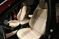 「ハリアーPREMIUM」(ガソリン車)のインテリア。シート表皮はアイボリーのファブリック(上級)+合成皮革。