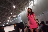 会場ではランボルギーニのアパレルライン「コレツィオーネ・アウトモビリ・ランボルギーニ」とブランパンのコラボレーションファッションショーも行われた。