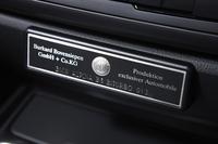 センターコンソールには、シリアルナンバーを記したプレートが添えられる。
