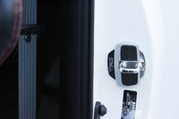 ドアストライカーの隙間を埋めることで、ボディーのヨレを軽減する「ドアスタビライザー」(1万4700円)。TRDスタッフによると「コストパフォーマンスが高く、イチオシです」とのこと。