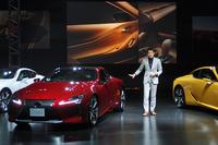 発表会では「レクサスLC」のデザインを担当した森 忠雄氏も登壇し、その見どころを紹介した。自身は「運転席からサイドミラー越しに見えるリアフェンダーのふくらみ」が最も気に入っているとのこと。
