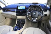 インパネは高い質感を備えており、センターパネルはBMWらしく、ドライバーに向けてわずかに角度が付けられている。