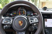 新しい「GTスポーツステアリングホイール」(直径360mm)の右スポーク下には走行モードスイッチが用意された(標準装備)。その中央にはエンジンとギアボックスのレスポンスを高める「スポーツレスポンススイッチ」が備わる(スポーツクロノパッケージ選択の場合)。