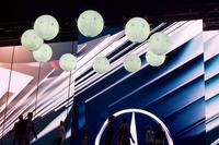 """会場では球体の""""ドローン""""による飛行パフォーマンスが披露された。"""