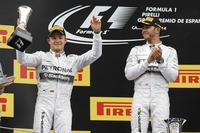 スペインGPを初めて制したメルセデスのルイス・ハミルトン(右)、2位に終わったニコ・ロズベルグ(左)。ハミルトンは4連勝、ロズベルグは4戦連続の2位で、チャンピオンシップ首位の座は今季初めてハミルトンに渡った。(Photo=Mercedes)