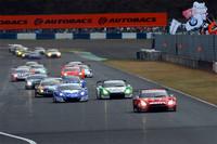 GT500クラスのスタートシーン。MOTUL AUTECH GT-Rは序盤からレースをリードし続けるも、残りわずかというところで、2台のHSV-010に先行をゆるしてしまう。