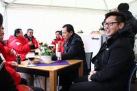 10ベストカーの取材会では、各社のテントでメーカー側の人間に話を聞くことができる。