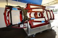 「CX-5」のシャシーをひっくり返したところ。赤く色分けされたメインフーレムが、ストレートに配置されているのがよくわかる。なお、写真向かって左が車体前方である。