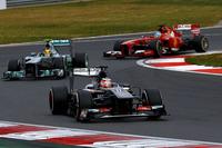 このレースの敢闘賞は、ザウバーのニコ・ヒュルケンベルグ(手前)に与えるべきだろう。コース前半に3本の直線、真ん中に中高速コーナー、後半に直角コーナーが連なるヨンアムのコースで、ザウバーは持ち前のストレートスピードを生かし、予選でヒュルケンベルグとエステバン・グティエレスが7、8番グリッドを獲得。ヒュルケンベルグはレースでも大活躍し、終盤はハミルトン、フェルナンド・アロンソ(奥)といった強豪を抑え切り見事4位でチェッカードフラッグをくぐり抜けた。(Photo=Sauber)