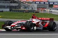第4戦スペインGPで8位入賞、チーム初ポイントを獲得したスーパーアグリ&佐藤琢磨。2度目の得点は最高位6位でもたらされた。11番グリッドからスタートした佐藤は、たびたび導入されたセーフティカーなど混乱を抜けてポイント圏内に。終盤は勢いにのり、チャンピオンのアロンソを見事追い抜き、6位の座を奪取した。チームメイトのアンソニー・デイヴィッドソンとのダブル得点も夢ではなかったが、デイヴィッドソンはコース上のビーバーをひくというアクシデントにあい、11位に終わった。(写真=Honda)