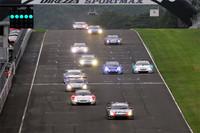 GT500クラスがスタート。予選と異なりドライコンディションでのレースとなったが、ミシュランタイヤを履くチームは、予選と同様、優位なレース展開を見せた。