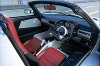 日本に導入されるのは、「右ハンドル」「5速MT」仕様車のみ。スピードスターは「BTO(受注生産)」方式を採用するため、内外装の組み合わせに関して、ユーザーは82通りの選択肢をもつ。