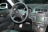 最上級「E63AMG」(セダン1400.7万円/ワゴン1442.7万円)のインパネ。7段ATはステアリング裏のパドルシフトでも操作できる。なお、セダンは右ハンドルも選択可能。