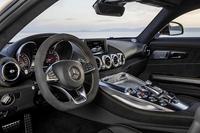 「AMG GT」のインテリア。速度計には「GT」では320km/h、「GT S」では360km/hまで目盛りがふられている。