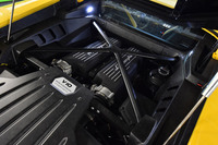 5.2リッターV10自然吸気ユニットは580psを発生。10気筒中、5気筒を一時的に休止させて燃費を改善させる機構を搭載している。