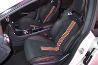 スポーツシートの中央部にはオレンジのラインが入れられる。