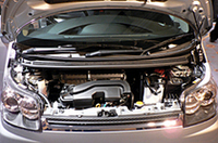 写真のNAエンジンはCVTとの組み合わせで、23.0km/リッターという燃費(10・15モード)を達成。