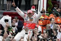 66回目のモナコGPウィナー、ルイス・ハミルトン。昨年はチームメイトのフェルナンド・アロンソにアタマをおさえられ2位でレースを終えていただけに、喜びもひとしお。 (写真=Mercedes Benz)
