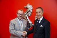 フェラーリ・ジャパンのハーバート・アプルロス プレジデント&CEO(左)と、ニコル・コンペティツィオーネのニコ・ローレケ代表取締役社長(右)。
