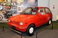 2代目「アルト」の特別仕様車「麻美スペシャル」(1985)。「アルトAタイプ」をベースに、エアコンや熱線入りリアウィンドウなどを標準装備。エンジンは543cc水冷4ストローク3気筒SOHC(31ps)。