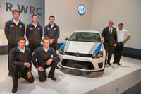 発表会場では、量産車のスポーツバージョンである「ポロR WRC Street」も公開された。WRCスタイルのバンパーや18インチホイールを装備し、220psと35.7kgmを発生する2リッターのTSIエンジンを搭載。フォルクスワーゲン・ブランドのウルリヒ・ハッケンベルク研究開発担当取締役(右から2人目)とヨースト・カピート監督(一番右)も登壇した。(写真はすべてフォルクスワーゲン提供)