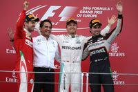第8戦ヨーロッパGP、アゼルバイジャンでの初レースを制したメルセデスのニコ・ロズベルグ(右から2番目)、2位に入ったフェラーリのセバスチャン・ベッテル(一番左)、3位となったフォースインディアのセルジオ・ペレス(一番右)。(Photo=Mercedes)
