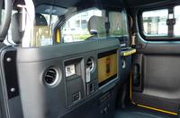 ニューヨークのイエローキャブというだけあって、前席と後席の間には防弾仕様のアクリルガラスの仕切りが備わる。