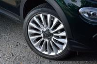 「500Xポップスタープラス」のアルミホイールは、エントリーモデルの「500Xポップスター」よりも1インチ大きな18インチとなる。
