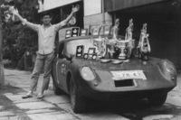 """日本におけるモータースポーツ黎明(れいめい)期に活躍した、レーシングドライバーの浮谷東次郎。一緒に映っているのは「ホンダS600」を競技向けに改造したもので、黒い塗装から""""カラス""""の愛称で親しまれた。"""