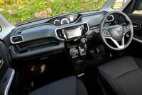 「ソリオ バンディット」のインストゥルメントパネルまわり。運転席側のアッパーボックスや紙パックにも対応するドリンクホルダーなど、各所に収納が設けられている。