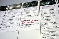 プレスルームに掲示される各マシンの情報。アナログ情報ながら、実に簡潔でわかりやすいインフォメーション・ボード。赤字で書いてあるのは、レースリタイヤを示すものだ。