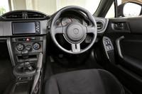 インパネは水平基調のデザインを採用。車体の姿勢変化を把握しやすいよう配慮している。