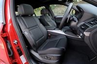 メリノレザーを使用したMシートには、シートヒーターが備わる。