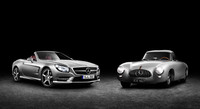「300SL(W194)」(右)と新型「SL(R231)」(左)の2ショット。