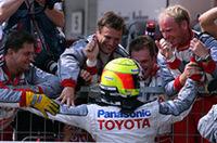 予選、決勝をつうじてチームメイトのヤルノ・トゥルーリの陰に隠れがちだったラルフ・シューマッハー、トヨタでの初ポディウムに喜ぶ。レース後、「我々の選択した戦略を100%信頼していたわけではなかったが……」と、疑心暗鬼でスタートしたことを告白。それでも終盤は兄ミハエルよりも速いペースでフェラーリを追い立てることができ、4位トゥルーリとともにチームに得点をもたらした。(写真=トヨタ自動車)