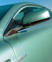 ボンネットやフロントフェンダーなどボディの外板にはカーボンファイバーを使用して軽量化を図っている。塗装品質のために特殊なエポキシ樹脂を塗って平滑に仕上げた部分と、織り目にまで配慮して美しい地肌をそのまま見せた部分との組み合わせが伊達だ。