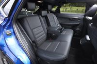 定員3人の後席。中央席の背もたれはカップホルダー付きのアームレストにもなる。