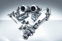 4リッターV8ツインターボエンジンでは、2基のターボチャージャーがVバンクの内側に配置する「ホットインサイドV」レイアウトを採用されている。