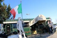 民間空港駐車場「フィレンツェ・パーキング」にて。なぜかイタリア国旗を掲げるダビデ像が迎えてくれた。詳細は次のページで。