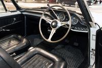 「コンバーチブル」のインストゥルメントパネル。メーターは速度計と集合計のみで、エンジン回転計はなし。ちなみに生産型ではエンジン回転計が付き、集合計の代わりに中央部分に小径4連メーターが付く。本革張りのシートは、オリジナルの赤茶から黒に貼り替えられている。