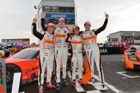 勝利を喜ぶ、ARTAのドライバーたち。写真左から、松浦孝亮、ラルフ・ファーマン、高木真一、小林崇志。