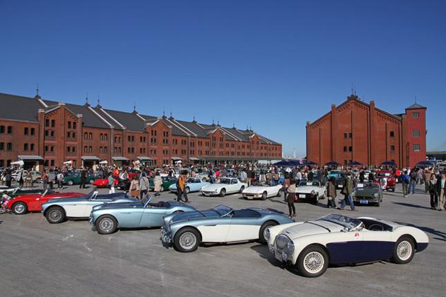 青く澄み渡った秋空の下、赤レンガ倉庫広場に集まった約150台のヒストリックカー。初開催とはいうものの、会場内のレイアウトや参加車両の並べ方は的確だった。