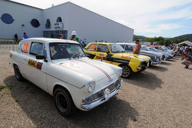 パーキングに並んだエントラント。40台以上の往年の名車が、ヨーロッパ各地から会場となるドイツ西部のトリアーに集結した。