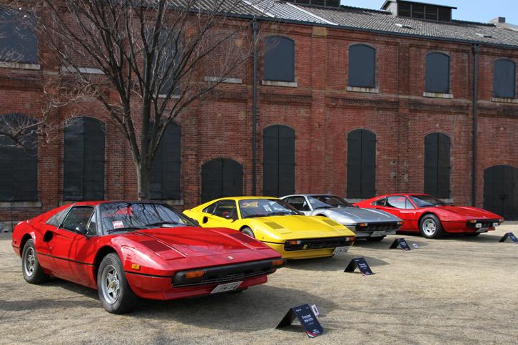 明治に建てられ、1975年まで稼働したという赤レンガ造りの元工場を背景に並んだ1978年「フェラーリ308GTS」(左端)と3台の「308GTB」。