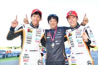 No.51 JMS P.MU LMcorsa RC F GT3の勝利に笑顔の3人。写真左から、中山雄一、影山正彦総監督、そして坪井 翔。