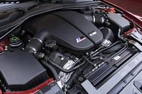 8250rpmまで回る、M社らしく高回転型の5リッターV10。CFRP製ルーフなどの軽量化によって、パワー・トゥ・ウェイトレシオはたったの3.52kg/psだ。