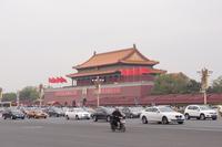 北京の天安門前で。アメリカ、日本、ドイツ、韓国とさまざまな国のクルマが走って行く。