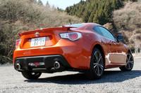 """「GT""""リミテッド""""」のリアビュー。他グレードではオプションでも選べないリアスポイラーが、最上級グレードであることを主張する。"""