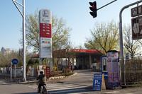 ガソリンスタンドの看板の「93」はレギュラー、「97」はハイオク。「98」はスーパープレミアムか?